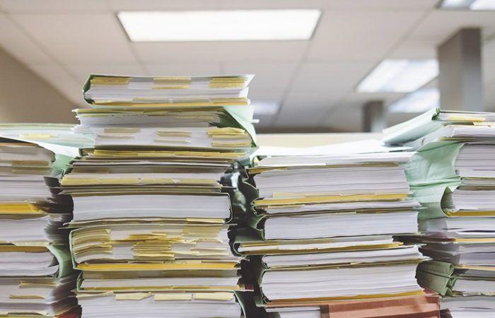 Teczki z dokumentami leżące na stole